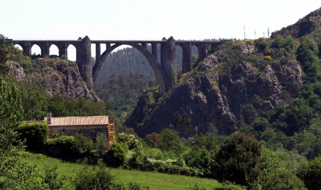 A bridge with the railway lines at the entrance of Ponte Ulla / photograph by Xoán A. Soler