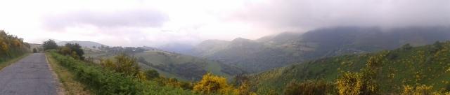 A pasos de O Cebreiro, el paisaje era tan bonito que el fotógrafo (es decir, yo) se animó a una panorámica.
