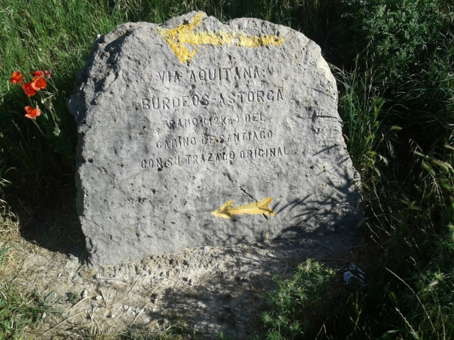 A pocos kilómetros de la salida de Carrión de los Condes, este peñasco recuerda que estamos transitando la traza original del Camino