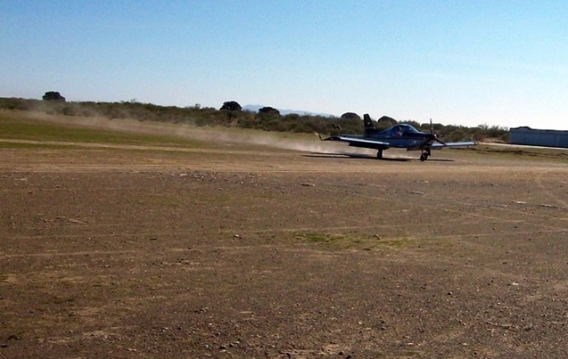 Avioneta aterrizando en la Vía de la Plata - Pedro Antonio Peña