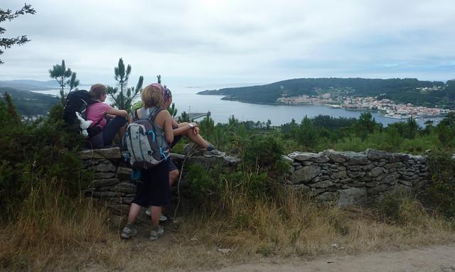Bajada hacia Cee en la que los peregrinos observan por primera vez el mar