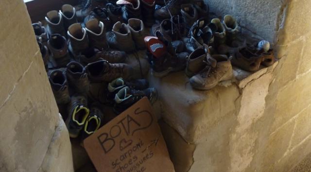 Botas almacenadas en el albergue de Grañón