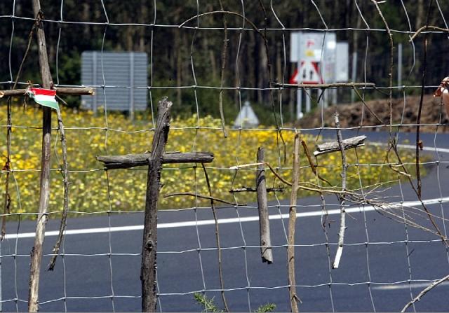 Cruces en una valla en Lavacolla / Sandra Alonso