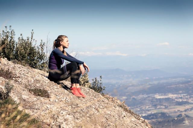 Descanso mirando a un paisaje desde el pico de la montaña - nensuria/iStock