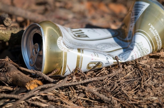 Desperdicios nun camiño rural.