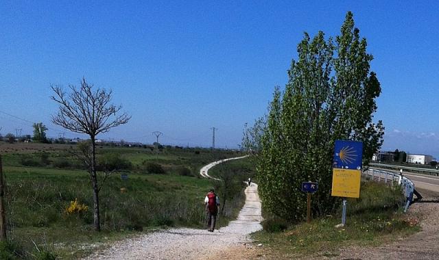 El caminante enfila en este tramo Villadangos del Páramo