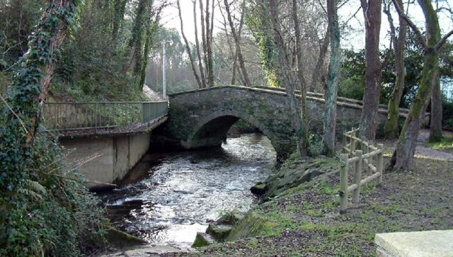 El puente medieval del Baxoi conduce a la ribera de Miño