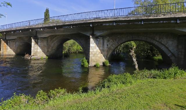 El secular puente de Sigüeiro salva el río Tambre
