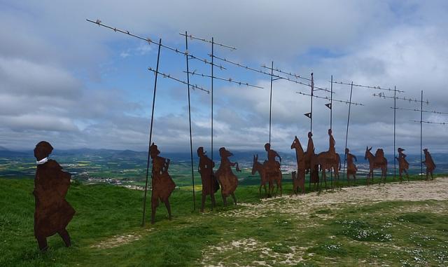 Escultura con motivos jacobeos en el alto del Perdón
