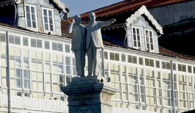 Estatua de los filántropos García Naveira