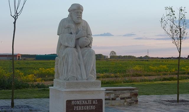 Estatua en honor al caminante a la salida de Reliegos