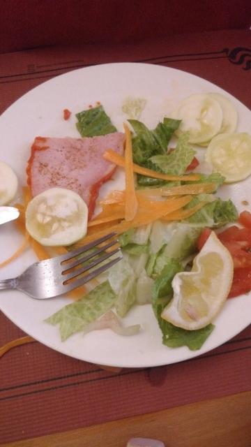 esto (segun ellos comida tipica italiana)y unos espaguetti carbora, 10€!!nos sentimos estafados....