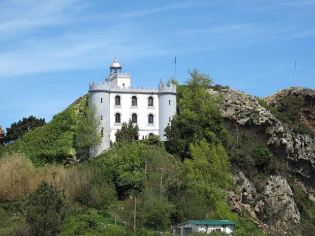 Faro de la Plata (Pasajes) - wikipedia commons/simoncio