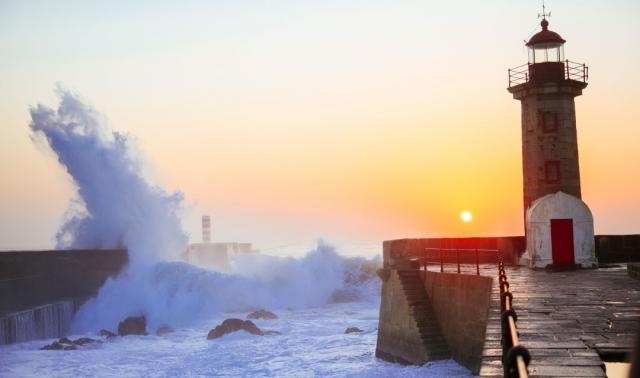Faro en Porto al atardecer