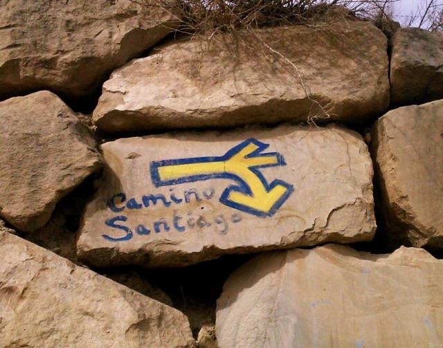 Flecha de señalización sobre una piedra