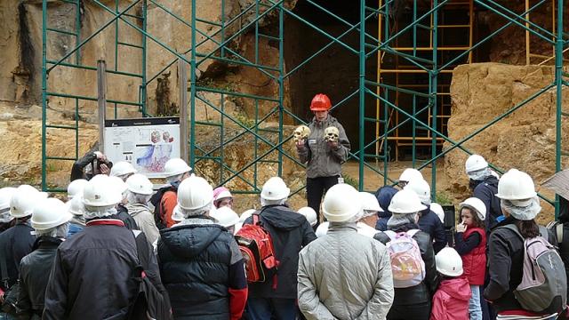 Fotografía cedida por la Fundación Atapuerca de una visita a los yacimientos