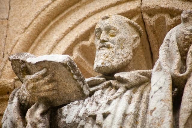 Fraile escultura antigua, Ribeira Sacra monasterio - percds/iStock
