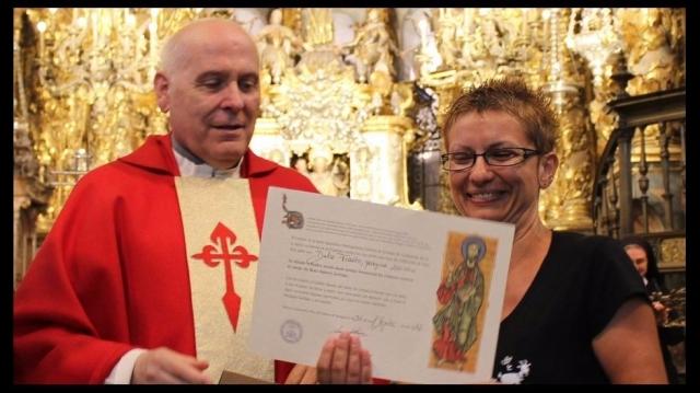 La peregrina nº 200.000 Dulce Frazâo, con el deán Segundo Pérez / La Voz de Galicia