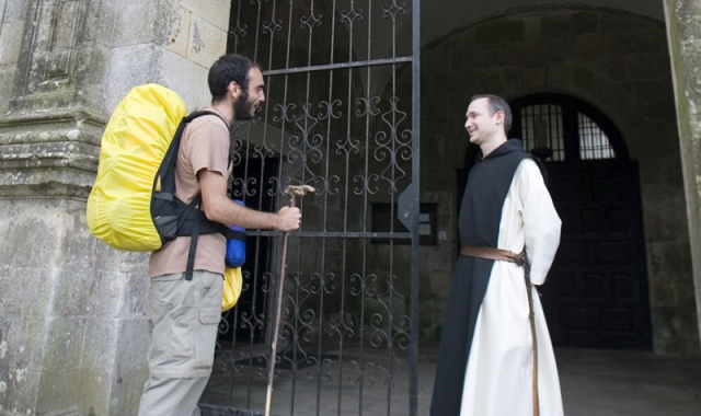 Los peregrinos se encaminan desde el monasterio de Sobrado a la confluencia con el Francés en Arzúa