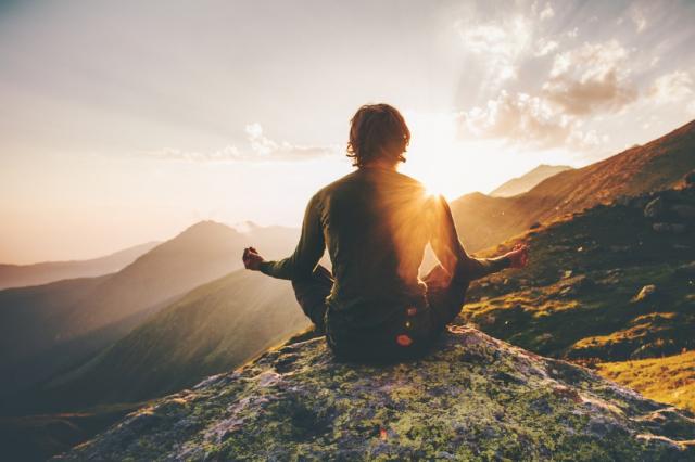 Meditación en las montañas - Everste/iStock