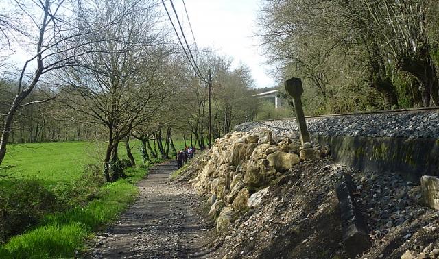 Nos primeiros tramos a etapa transcorre xunto á vía do tren
