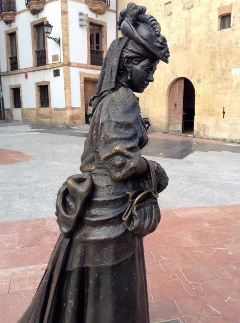 Oviedo, plaza de la catedral, la estatua de la Regenta