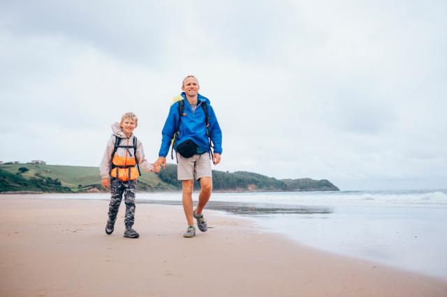 Padre e hijo en la playa - Solovyova/iStock