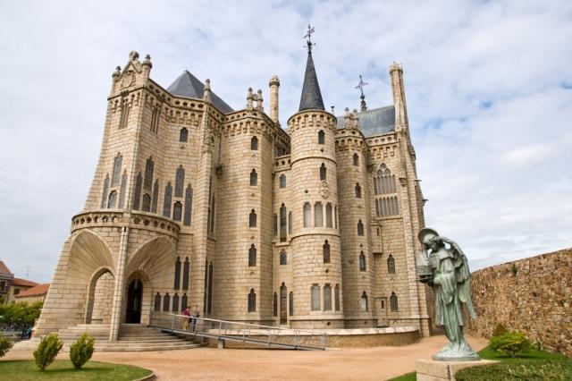 Palacio Episcopal de Astorga - pabkov/iStock