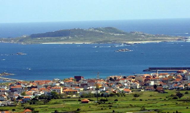 , parte del parque nacional Illas Atlánticas, la que sostiene, con el turismo, la economía local.  Desde hace años dos pequeñas empresas de esta localidad de Ribeira ofrecen viajes por el mar a residentes y visitantes para descubrir los muchos teso