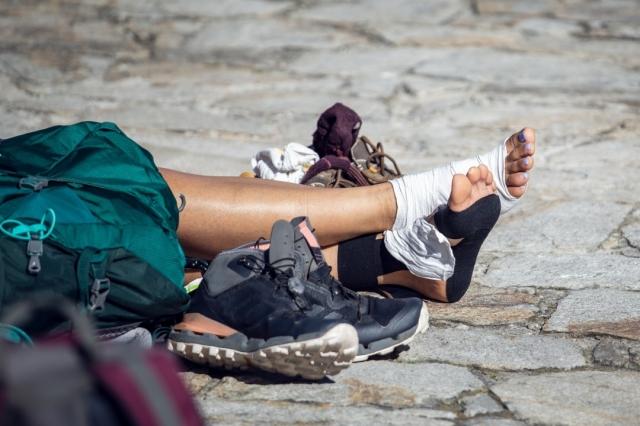 Peregrina descansando en la Plaza del Obradoiro - Andres Victorero/iStock