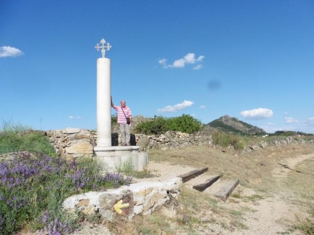 Peregrino en la Cruz de la Torrecilla.