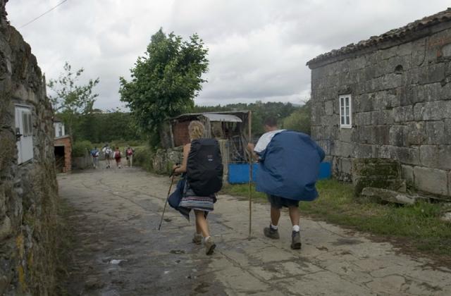 Peregrinos a la salida de Leboreiro / Fotografía de Xosé Castro