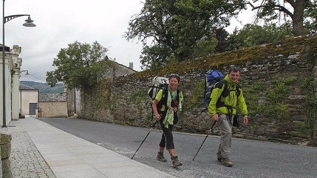 Peregrinos caminando en Sarria
