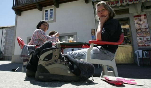 Peregrinos descansando en Arzúa / Fotografía de Xosé Castro