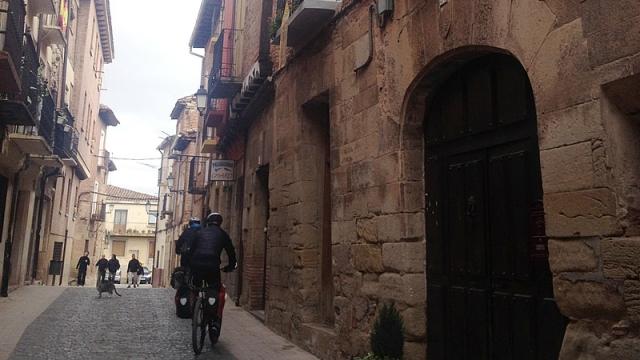 Peregrinos en bici por la calle Mayor