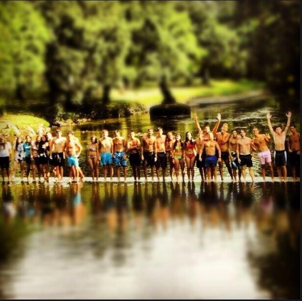 Peregrinos en el río de Baamonde. CERCUD