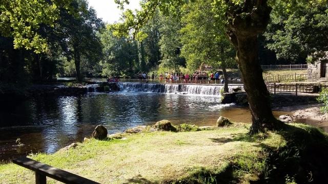 Peregrinos en el río de Baamonde. CERCUD.ES