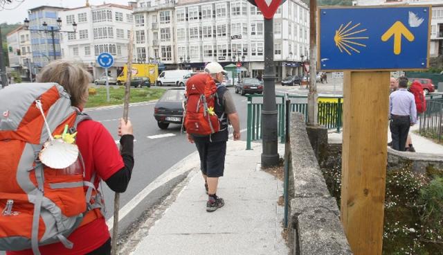 Peregrinos en la entrada de Pontedeume