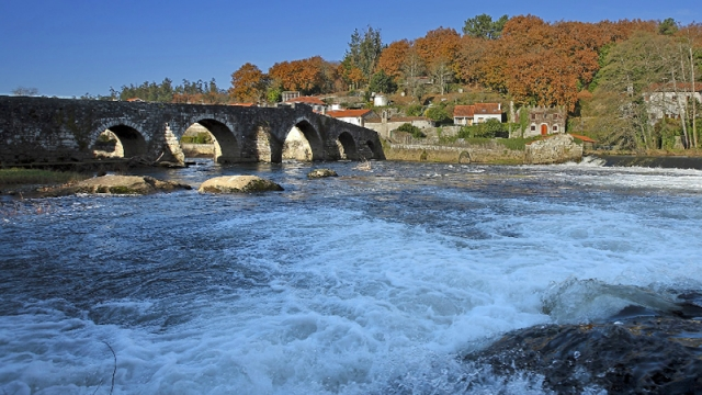 Ponte Vella and the river Tambre in Ponte Maceira/photograph by Manuel Marras