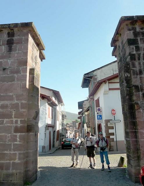 Puerta de España por la que los peregrinos enfilan hacia los Pirineos