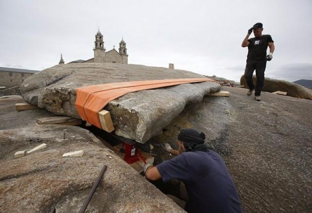 Reparaciones en la Piedra de Abalar / La Voz de Galicia