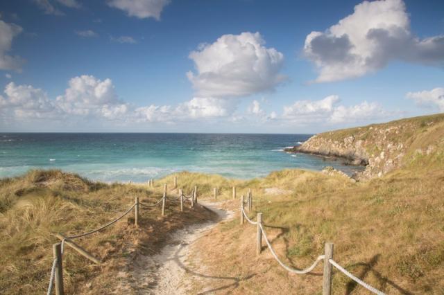 Sendero a la playa de Malpica - KevinAlexanderGeorge/iStock