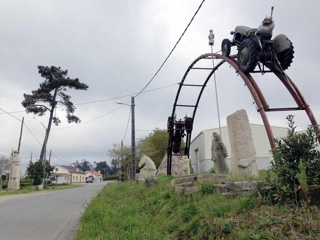 Tallas de piedra y otras obras creadas por un taller local sorprenden al caminante en la aldea de Cruz
