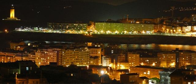 Vista nocturna de la ciudad. A la izquierda la Torre de Hércules / M. Marras