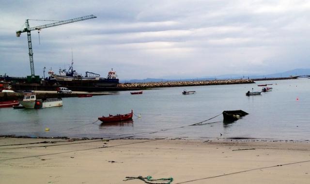 """y <a title=""""Caminando por el mar"""" href=""""http://www.caminandoporelmar.com/"""">Caminando por el mar</a> destacan las excursiones a islas cercanas como Sálvora. Y las que proponen seguir las huellas del Apóstol y remontar"""